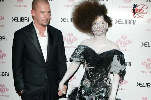 Alexander_McQueen_Björk_perfettamente_chic.jpg